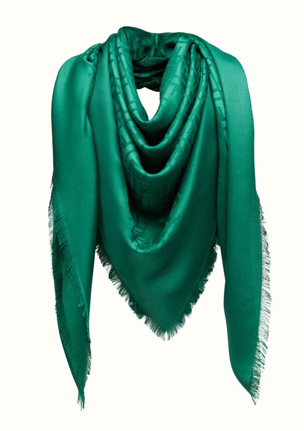 Fendi Chal y Shawl color verde, referencia FXT924MEA, medida 140 x 140 cm,Composición de 60% SEDA, 40% LANA