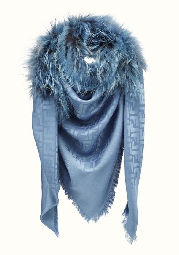 Fendi Chal y Shawl color Azul, referencia FXT100P9D, medida 140 x 140 cm,Composición de 60% SEDA, 40% LANA y Piel de Tanuki